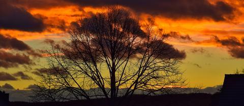 """Wolkenbildung über Nordhessen bei Heiligenberg und Felsberg. """"Ein Mix aus dunklen Regenwolken und untergehender Sonne"""", schreibt uns hessenschau.de-Nutzer Frank Kürschner zu seinem Foto. Haben Sie auch ein außergewöhnliches Bild aus Hessen? Dann schicken Sie uns Ihr Foto – wir freuen uns über Ihre Momentaufnahme."""