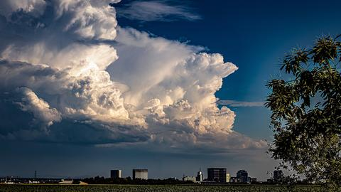 Wolken über Eschborn am Abend vor Fronleichnam