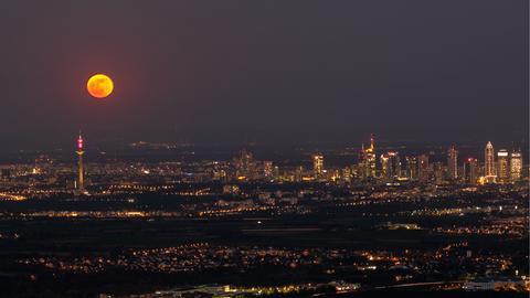 Mond über Lichtern der Stadt
