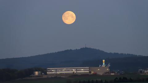 Großer Mond über Berg
