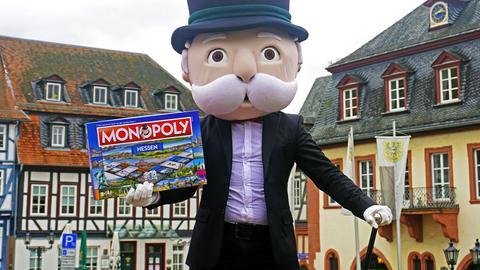 """Das Maskottchen """"Mr. Monopoly"""" zeigt die hessische Edition des Spieleklassikers."""