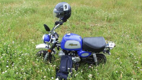 """Das blaue Moped des Opfers mit der Aufschrift """"Skyteam"""""""