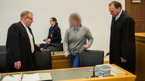 Die Verdächtige im Morfall Riconelly läuft mit ihren Verteidigern Richtung Anklagebank.