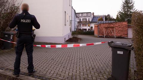 Ein Polizist vor dem abgesperrten Innenhof