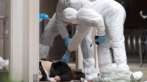 Spurensicherer und eine Leiche am Tatort