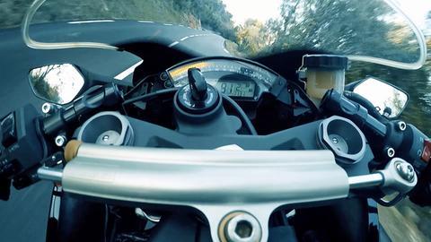 Sicht aus einem Motorrad-Cockpit auf eine Landstraße