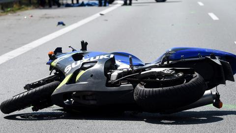 Leichtkraftrad liegt nach Unfall auf Straße