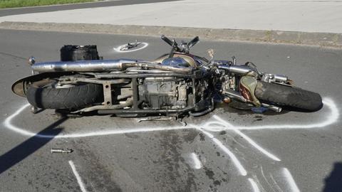 Ein Motorrad liegt nach einem Unfall auf der Straße.
