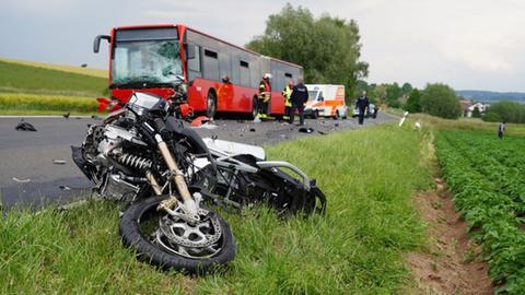 Motorrad nach einem Frontalunfall mit einem Linienbus