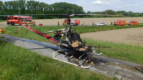 Der ausgebrannte Hubschrauber der Kommunalen Arbeitsgemeinschaft zur Bekämpfung der Schnakenplage (KABS)