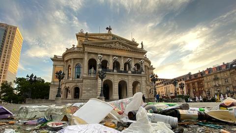 Alte Oper Frankfurt mit Müll auf dem Platz davor