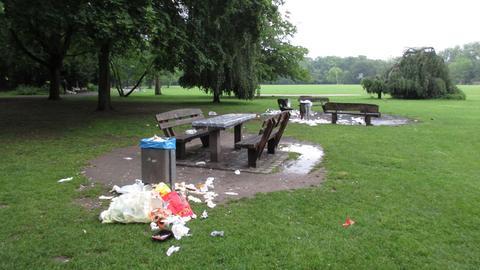 Nicht gerade einladend: Vermüllte Bänke im Frankfurter Ostpark