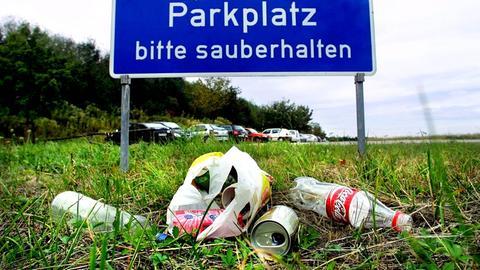 Müll auf einem Autobahnparklplatz