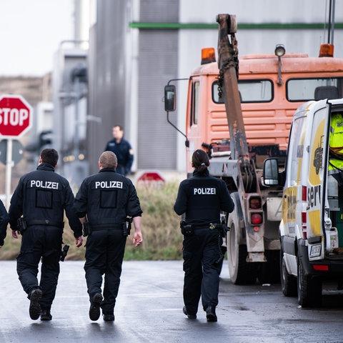 Polizisten auf der Mülldeponie in Flörsheim
