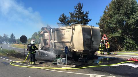 Der Lastwagen geriet nach einer Kollision in Neu-Isenburg in Brand.