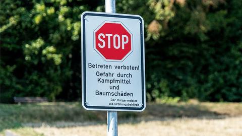 Gefahrenschild Betreten verboten vor Waldgebiet