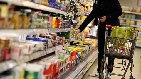 Ein Supermarktregal mit Nahrungsmitteln