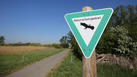 """Ein Schild mit der Aufschrift """"Naturschutzgebiet"""""""