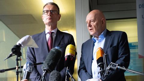 Holger Matt (l), Anwalt der Familie Lübcke, und Dirk Metz, Sprecher der Familie Lübcke, geben vor dem Prozessauftakt im Mordfall Lübcke ein Statement ab.