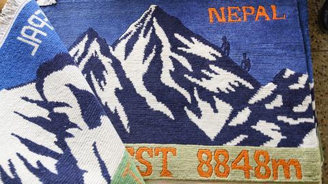 Der Mount Everest als Souvenir aus Nepal: Teppiche mit Himalaja-Motiven für Touristen.