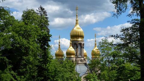 """""""Die goldenen Kuppeln der 'Russischen Kirche' auf dem Wiesbadener Neroberg trotzen den dunklen Regenwolken an diesem Vormittag"""", schreibt uns User Rudolf Machar zu diesem Schnappschuss."""
