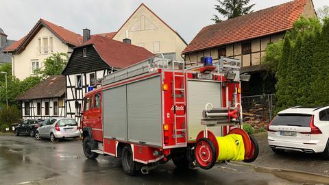 Ein Feuerwehrauto steht mitten im Dorf.