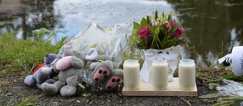 An den Löschteich legten Menschen Kuscheltiere, Blumen und Kerzen.