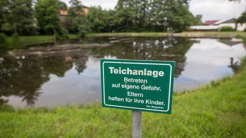 Weiher in Neukirchen mit Schild: Teichanlage, Betreten auf eigene Gefahr.