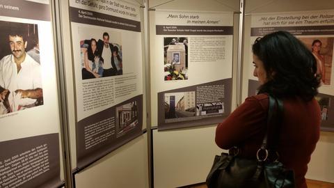 Eine Besucherin der NSU-Ausstellung in Nidda.