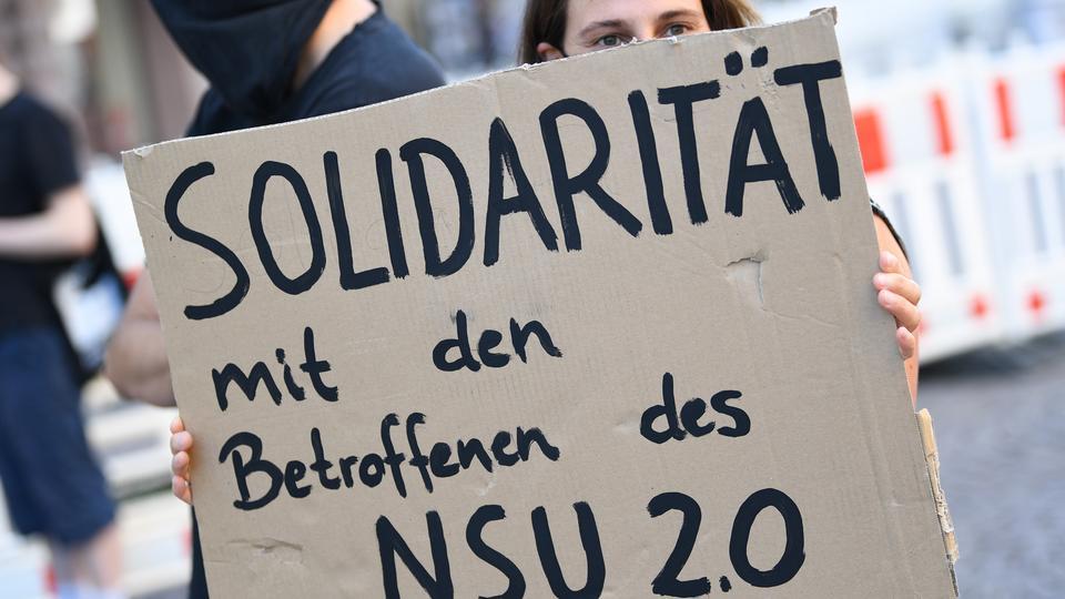 Frau mit Plakat: Solidarität mit den Opfern des NSU 2.0