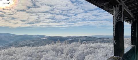Zeljka Bijuklic hat den Ausblick vom Aussichtsturm am Pferdskopf bei Treisberg (Hochtaunus) festgehalten.