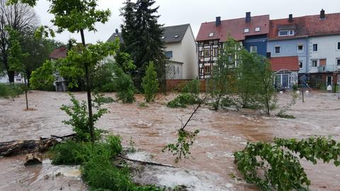 Der Wahlebach in Lohfelden-Vollmarshausen (Kassel) ist über die Ufer getreten.