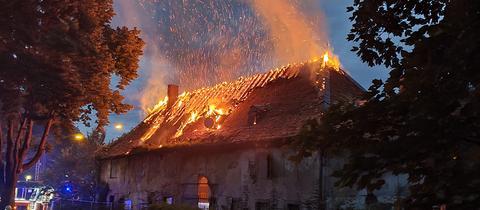 Der in Flammen stehende Dachstuhl.
