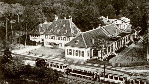 Schwarz-Weiß-Foto des Gebäudeensembles Oberforsthaus in Frankfurt