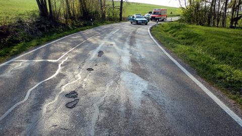 Ölspur auf einer Straße (Symbolbild)