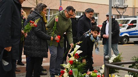 Cem Özdemir und Berivan Aymaz von den Grünen legen in der Nähe des Tatortes am Heumarkt Blumen nieder.