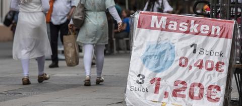 Ein Schild wirbt für Maskenverkauf in der Offenbacher Fußgängerzone