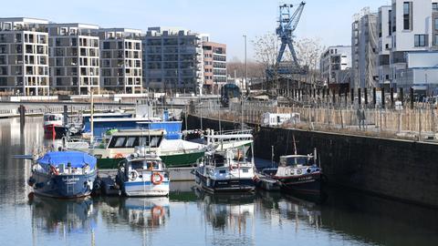 Boote liegen im Hafen des Offenbacher Hafen-Wohn- und Gewerbeviertels.