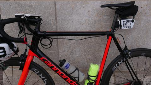 Der Open-Bike-Sensor wird hinten an der Sattelstange angebracht und per Knopf am Lenker gesteuert.