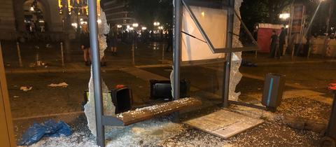 Zerstörte Bushaltestelle am Frankfurter Opernplatz.