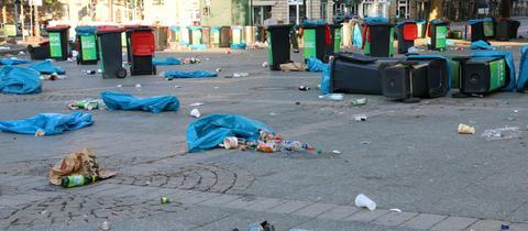 Umgekippte Mülltonnen am Frankfurter Opernplatz.