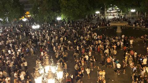 Der Opernplatz in Frankfurt bei Nacht mit ca. 2 500 Menschen, die dort feiern.