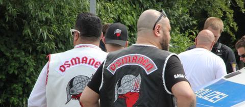 Mitglieder der Osmanen Germania bei einer Polizeikontrolle