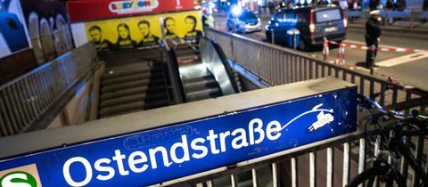 Gesperrter Zugang zur S-Bahn-Station Ostendstraße nach dem tödlichen Unfall in Frankfurt.