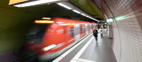 """Oranges Hinweisschild """"Notruf"""" an der S-Bahn-Station."""