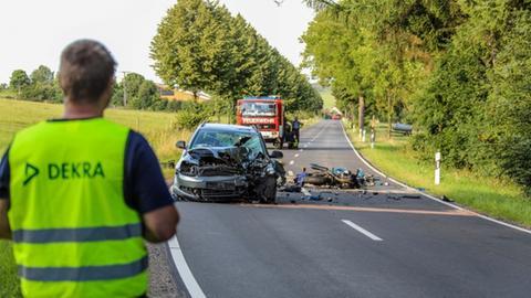 Auf der Kreisstraße zwischen Metzlos und Nieder-Moos ist ein Kradfahrer gestorben.