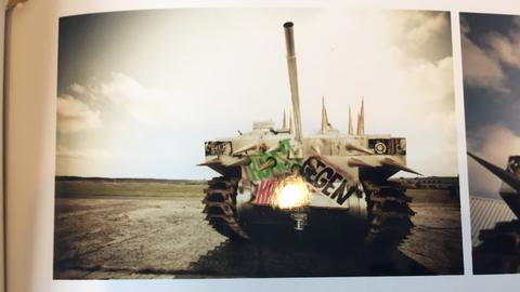 Abfotografiertes Bild mit einem bunt bemalten Panzer.