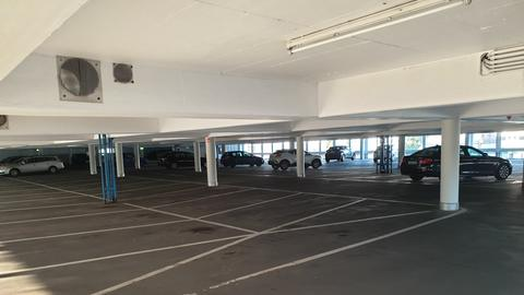 Im hr-Parkhaus stehen wenige Autos.