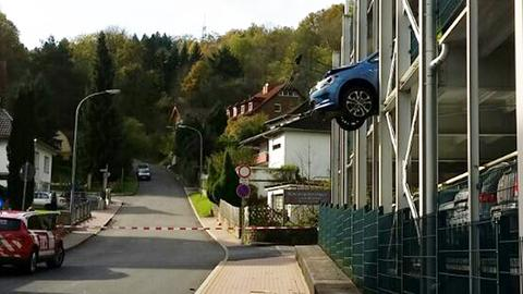 Ein Auto hat das Gitter eines Parkhauses in Rotenburg durchbrochen.