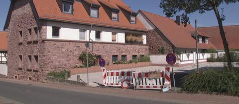 Haus und daneben der gesperrte Parkplatz